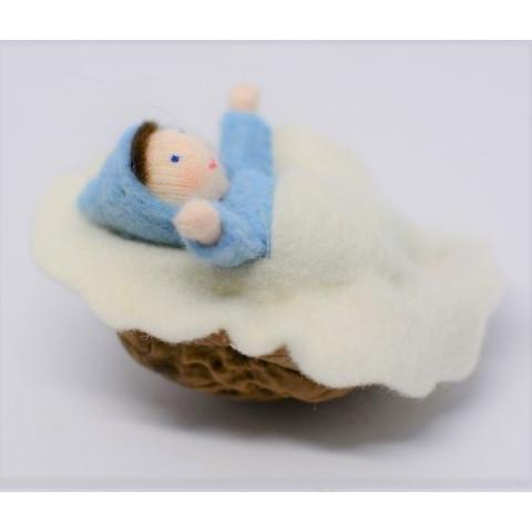 lutin poupée Bébé dans sa coquille de noix en feutrine pour famille waldorf de ambrosius